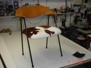 Chaise peau de vache jplecomte tapisserie - Chaise peau de vache ...